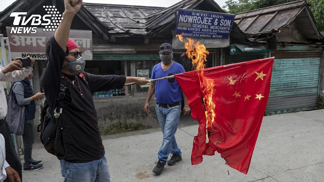 圖/達志影像美聯社 邊境紛爭爆「反中潮」 印度群眾燒毀五星旗