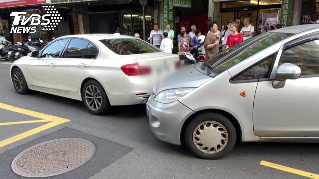 女駕駛受到驚嚇並抵抗,車輛行進過程撞擊2名路人。(圖/TVBS) 停路旁突遭男子持刀闖車內搶劫 女駕駛驚嚇撞傷2路人