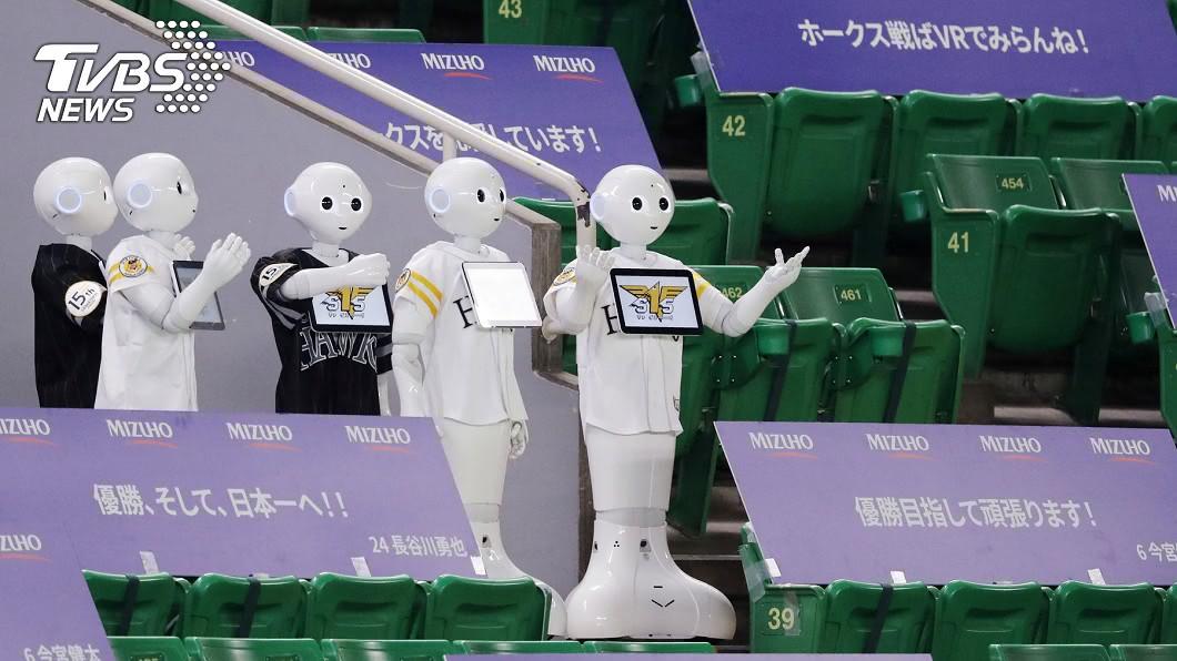 圖/路透社 日本職棒開幕看台沒觀眾 機器人當啦啦隊