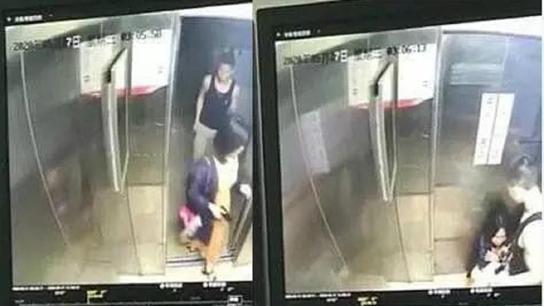 監視器拍到張女被一名男子劫持,嚇得在電梯裡蹲下來。(圖/翻攝自微博) 約好吃宵夜等嘸人…妻「電梯被劫殺」 夫心碎:再也接不到她