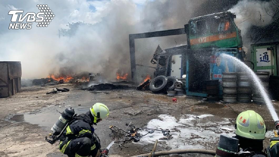 高雄市橋頭區球場路台糖停車場後方的汽車回收廠今天發生火警。(圖/民眾提供) 高雄汽車回收廠火警 滾滾濃煙竄天