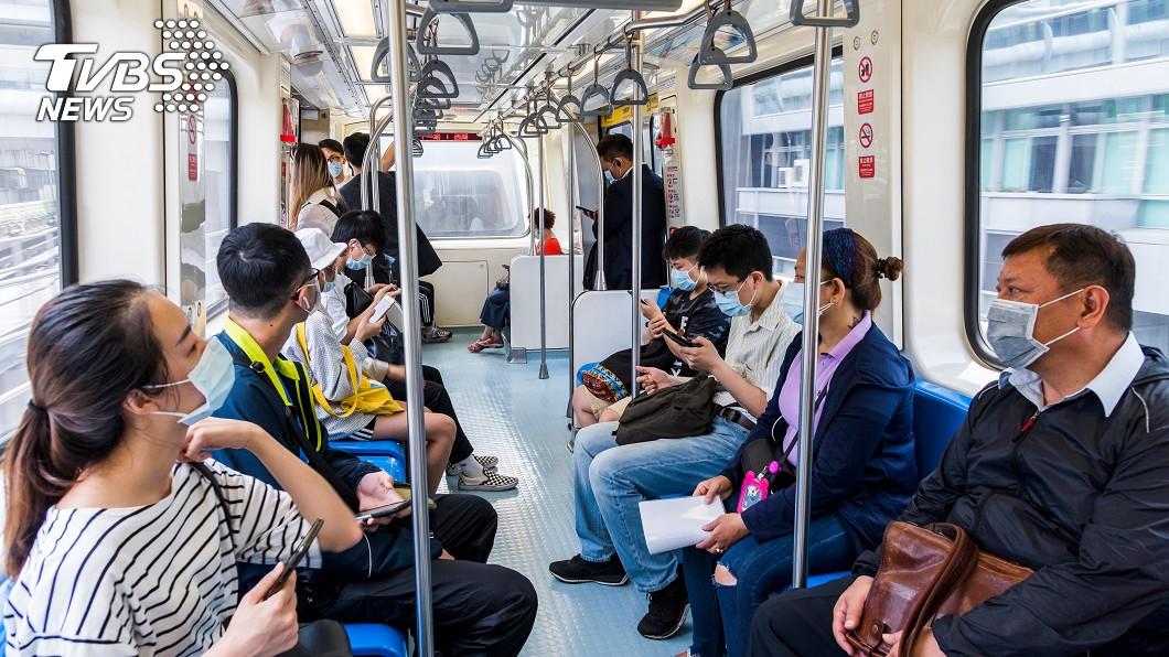 為因應搭乘大眾運輸等密閉空間仍須戴口罩,口罩實名制暫不考慮退場。(示意圖/TVBS) 防疫需求仍在 口罩實名制暫不考慮退場