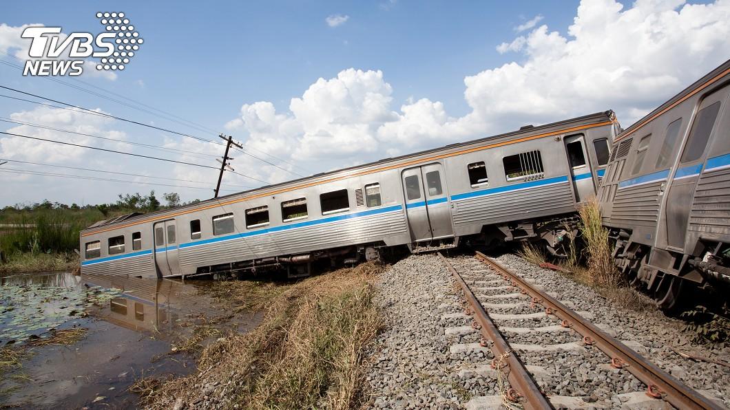 男童在鐵道上放石頭,害列車出軌。(示意圖/TVBS) 「石頭放鐵道」害列車出軌  日10歲男童:我在做實驗