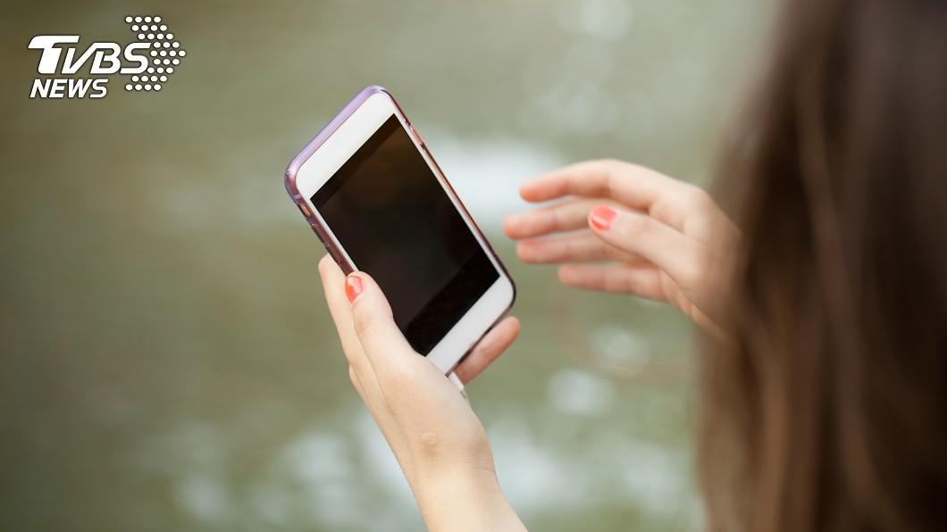 示意圖/TVBS 少女頂樓玩手機…下秒誤觸高壓電「遺體仰天冒煙」