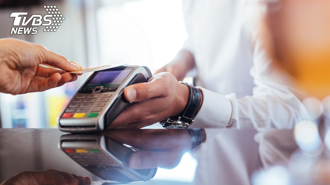 消費刷卡享回饋。(圖/TVBS) 搶搭三倍券商機 外銀大手筆拚有感回饋