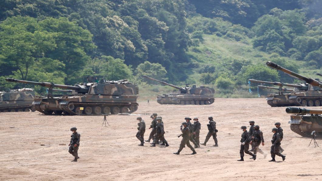 圖/達志影像路透 恨的迫降?北韓空投菸蒂 開岸防砲門