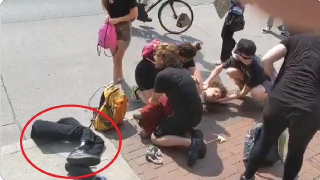 (圖/翻攝自@AttorneyCrump推特) 手無寸鐵竟被噴胡椒水 殘障者痛苦倒地...警察還拔走義肢