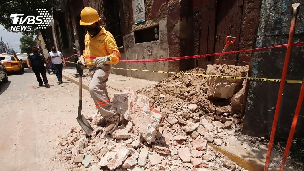 墨西哥南部大城瓦哈卡在當地時間23日上午10點多左右,發生芮氏規模7.4的強烈地震。(圖/達志影像路透社) 墨西哥規模7.4強震 民拍到地面「一開一合」超驚悚