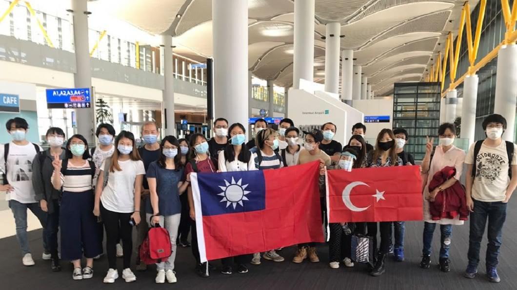 28名滯留土耳其當地的台灣民眾,23日晚間終於返抵國門。(圖/翻攝自駐土耳其代表處臉書粉絲團) 滯土耳其90天終回台 民旅費暴增噴50萬只能工作還債