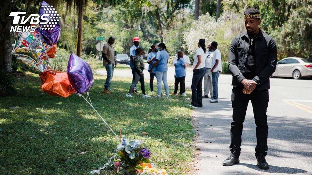 民眾到場紀念非裔男子亞伯里(Ahmaud Arbery)。(圖/達志影像路透社) 慢跑非裔男槍殺案 3名白人嫌犯遭謀殺罪起訴
