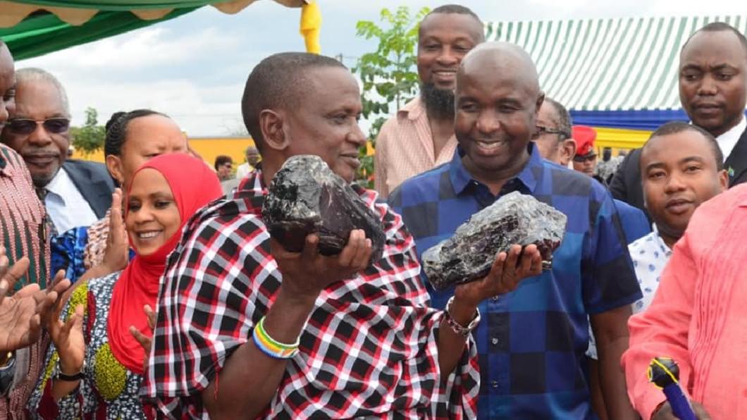 坦尚尼亞1名礦工,日前挖到2塊超大塊的坦桑石原石。(圖/翻攝自THE HOT SPOT臉書粉絲團) 窮礦工挖到2塊「超大稀有寶石」 秒成億萬富翁