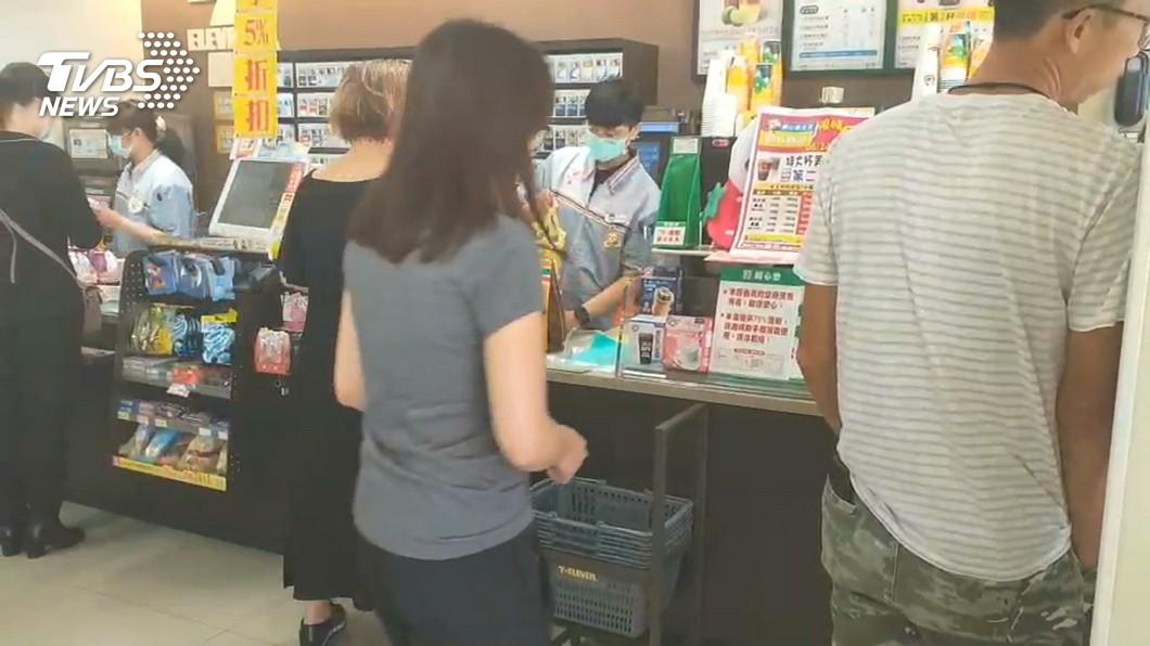 民眾在超商內掃貨。(圖/TVBS) 報復性旅遊!蘭嶼飲料上架秒被掃光 居民:颱風來了嗎