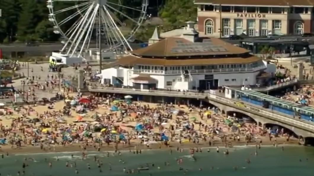 英國度假勝地濱海南角(Southend-on-Sea)。(圖/翻攝自BBC News YouTobe) 英國遊客衝海灘消暑 官方發「重大事件」籲不要來