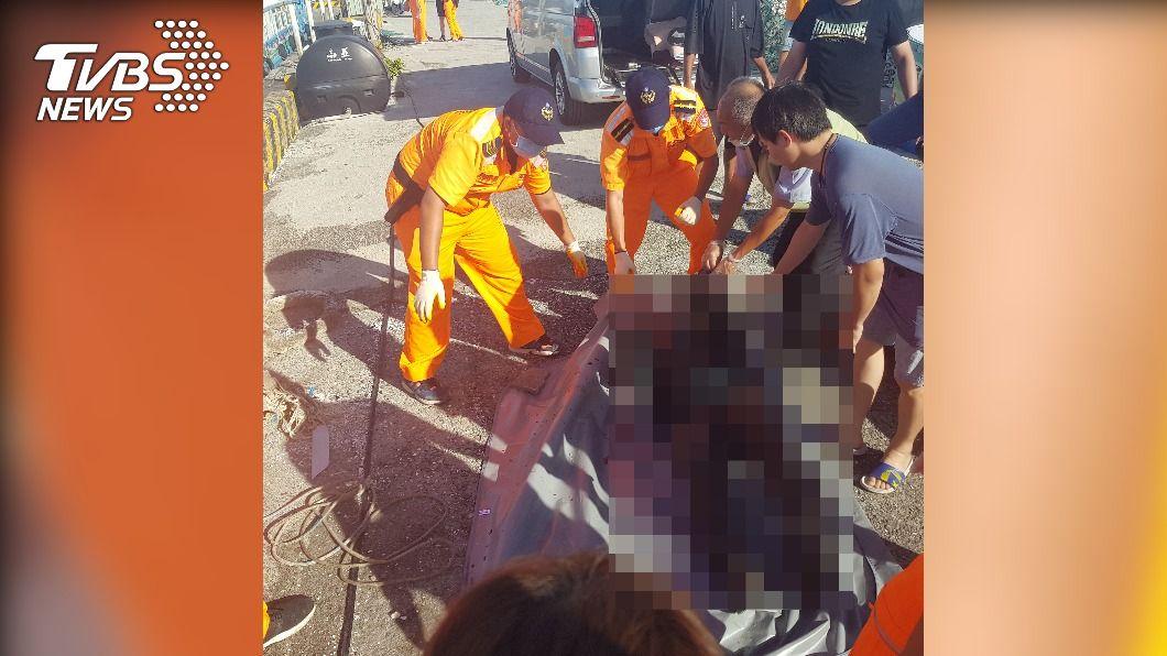 下午海巡人員執行安檢時,在嘉義白水湖發現浮屍。(圖/TVBS) 驚!嘉義白石湖驚見浮屍 遺體浮腫估落水多日