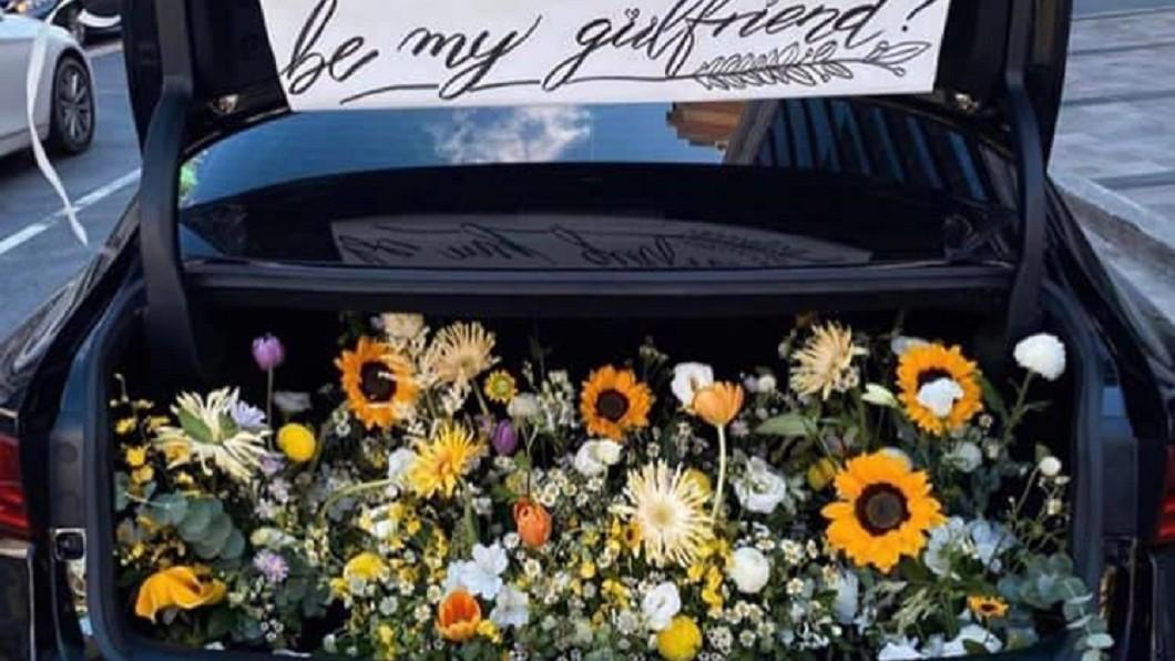 告白花種的選擇很重要。(圖/翻攝自爆廢公社) 男後車廂用心備「花海」告白遭拒 車門一開...花錯了