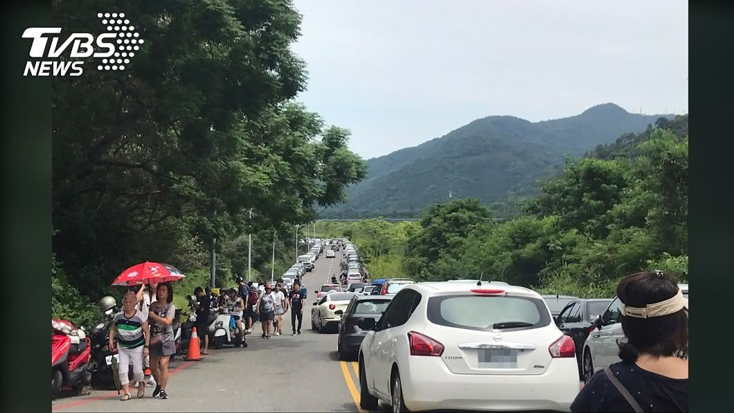端午連假,花蓮出現停車亂象。(圖/中央社) 花蓮天氣炎熱遊客瘋戲水 停車亂象惹民怨