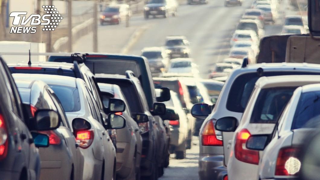 出遊遇上塞車破壞興致。(示意圖/TVBS) 高速公路沒紅綠燈為何還塞車? 關鍵「主因」曝光