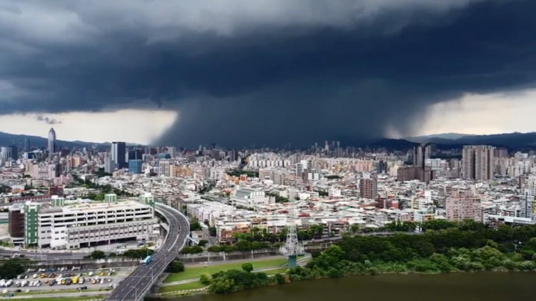 新北市上空驚見雨瀑奇觀。(圖/網友廖幸福提供) 「雨瀑」制霸上空!電光雷閃夾雜 新北末日般畫面駭人