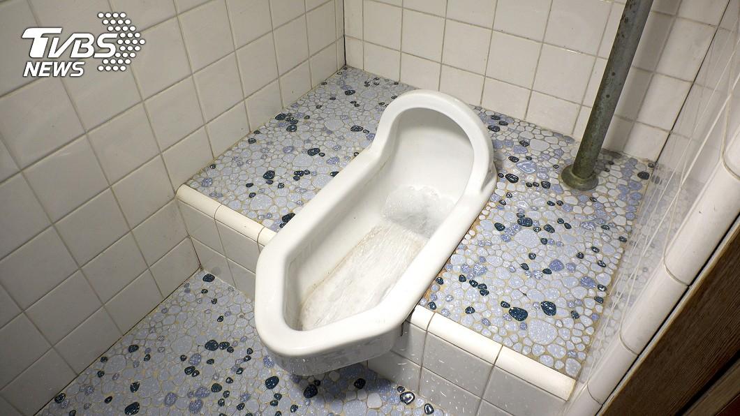 美國專家發現沒有馬桶蓋的公共廁所恐成防疫缺口。(示意圖/TVBS) 公廁成防疫缺口 研究:病毒隨馬桶沖水飛散