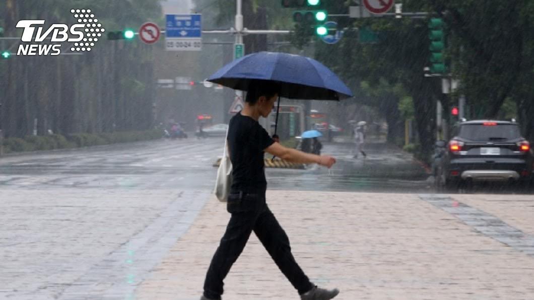 中央氣象局發布19縣市豪雨、大雨特報。(圖/中央社) 19縣市豪雨、大雨特報 新北新店區一級淹水警戒
