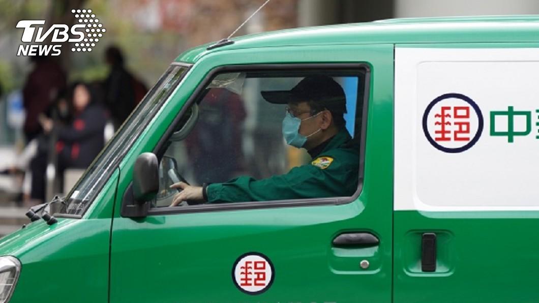 中華郵政公司已領回首批實體的紙本振興三倍券。(圖/中央社) 中華郵政領回首批紙本三倍券 擬7/8銷售演練