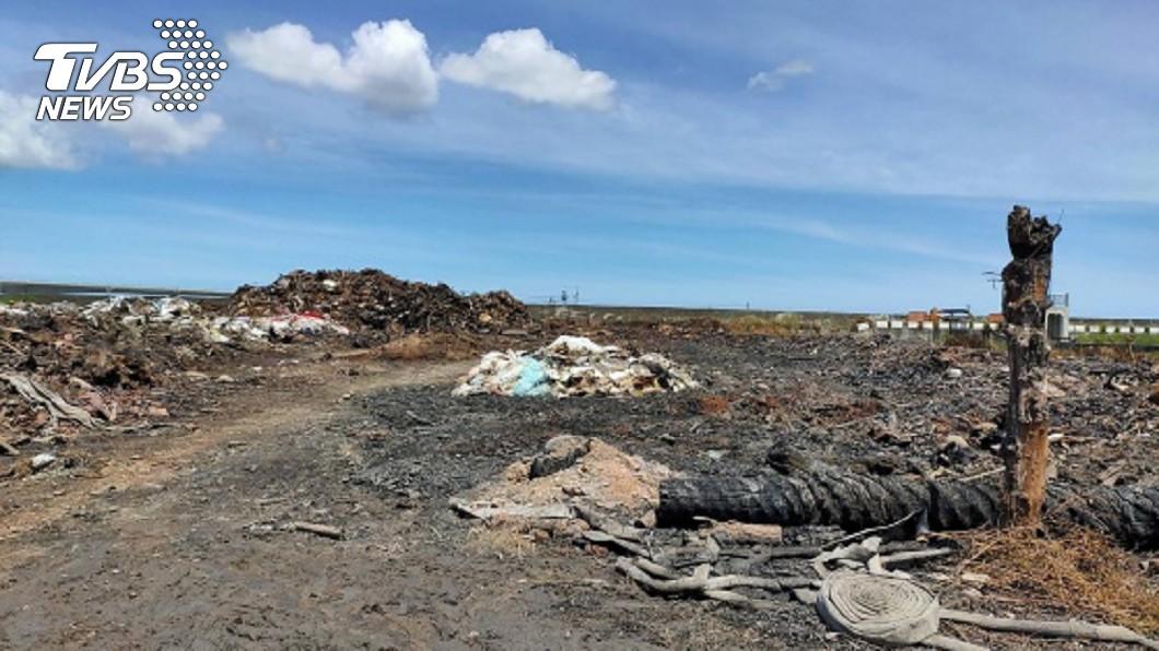 彰化縣大城鄉堆置大量廢棄物的農地24日起火燃燒。(圖/民眾提供) 大城農地垃圾山火警引民怨 地檢署偵辦