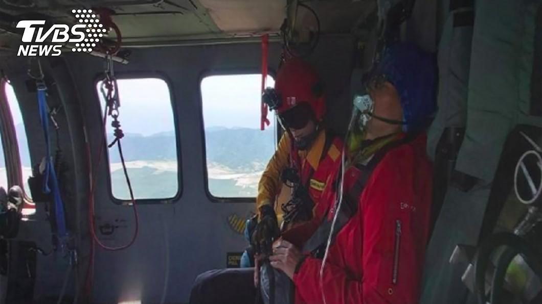 郭姓隊員疑罹高山症,空勤直升機獲報將患者送醫治療。(圖/空勤總隊花蓮駐地第一大隊提供) 攀馬路巴拉讓山罹高山症 空勤吊掛救援