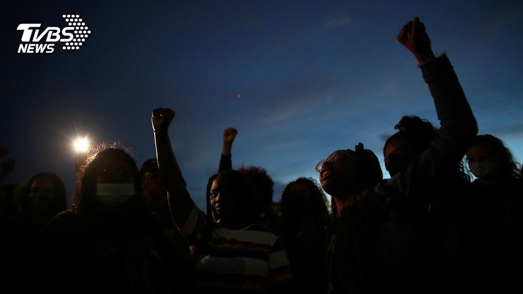 圖/路透社 美平權運動未熄 示威者想拆華府「林肯像」