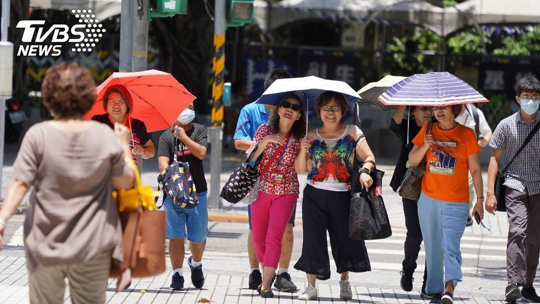 天氣高溫炎熱。(圖/中央社) 各地高溫炎熱 中南部、北部沿海上半天局部雨