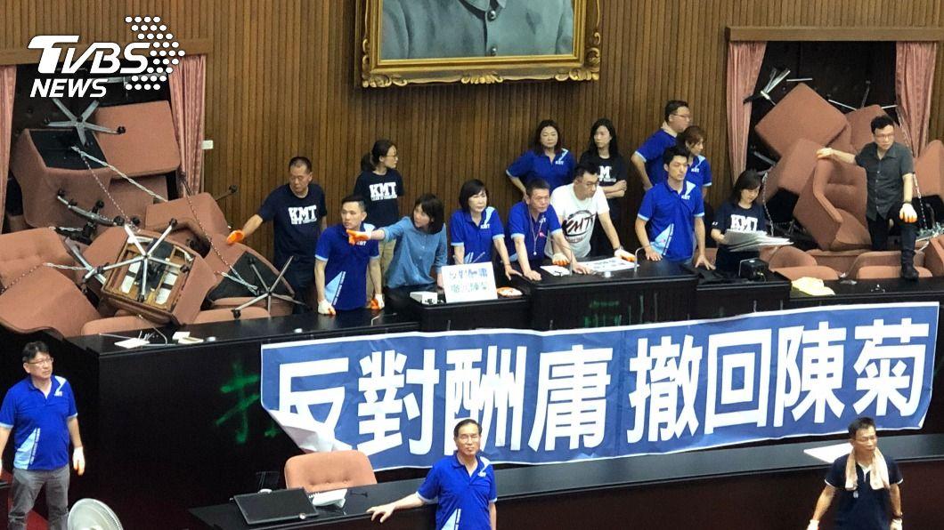 在場國民黨立委高喊「拒絕酬庸、撤回陳菊、反對到底」等口號。(圖/中央社) 議場上午開啟空調媒體可進場 藍委占據現場曝光