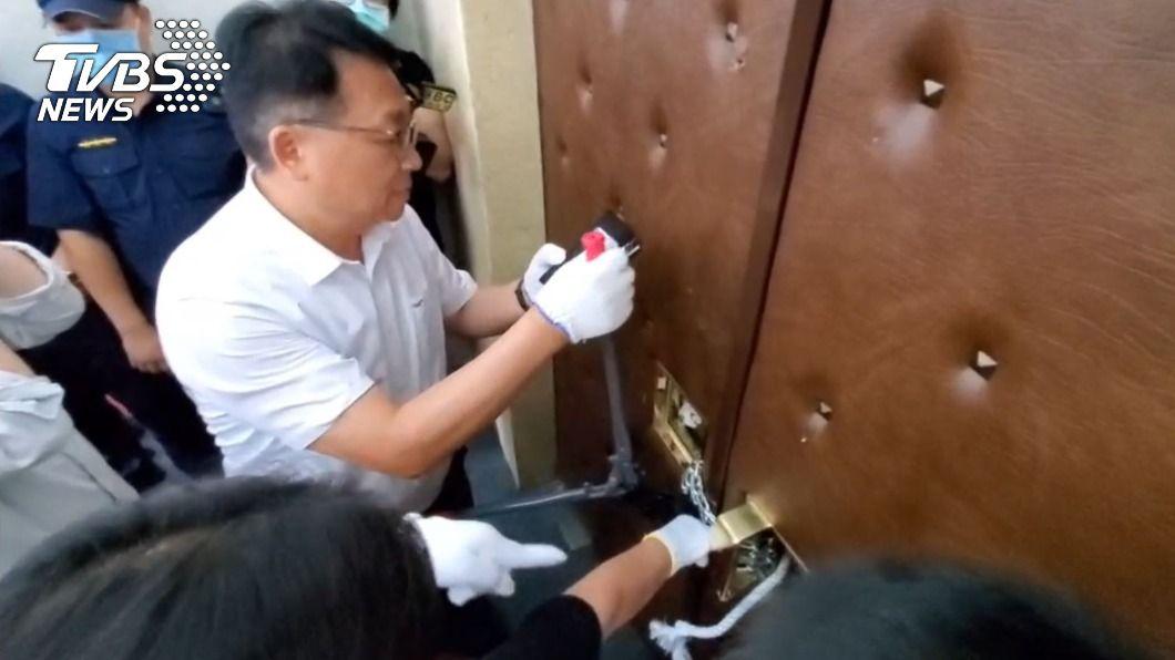 民進黨團油壓剪破門。(圖/TVBS) 民進黨「油壓剪」破門 藍營綁鐵鍊死守主席台