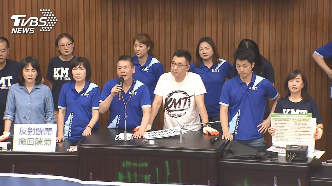 藍綠立院黨團今在立院搶占主席台。(圖/TVBS) 占立院挨批反改革 他酸林飛帆神邏輯無恥雙標