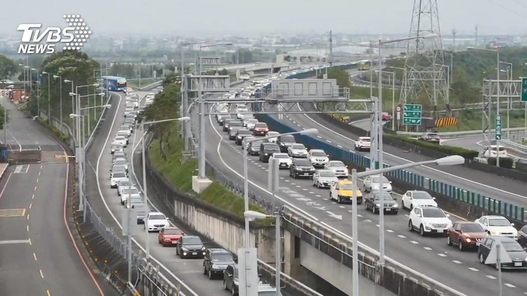 初二國道車潮湧現。(示意圖/TVBS資料畫面) 初二回娘家車潮狂湧 國道南下多路段塞爆