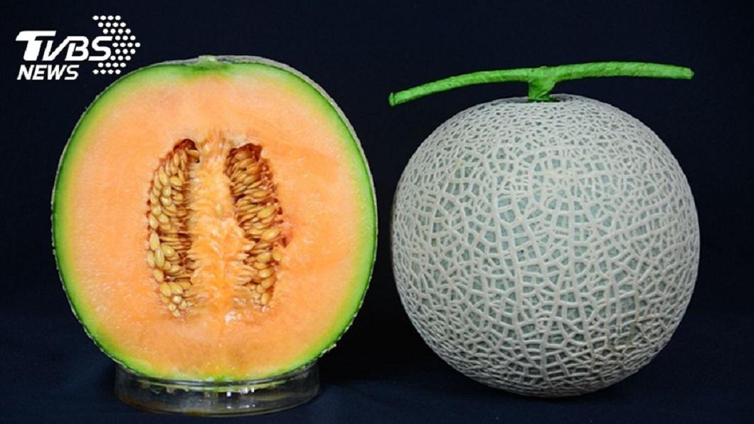 炎炎夏日,不少民眾喜歡吃香瓜消暑。(示意圖/TVBS) 吃完2顆香瓜腹痛難耐 檢查一看大驚:沒去籽刺破腸道