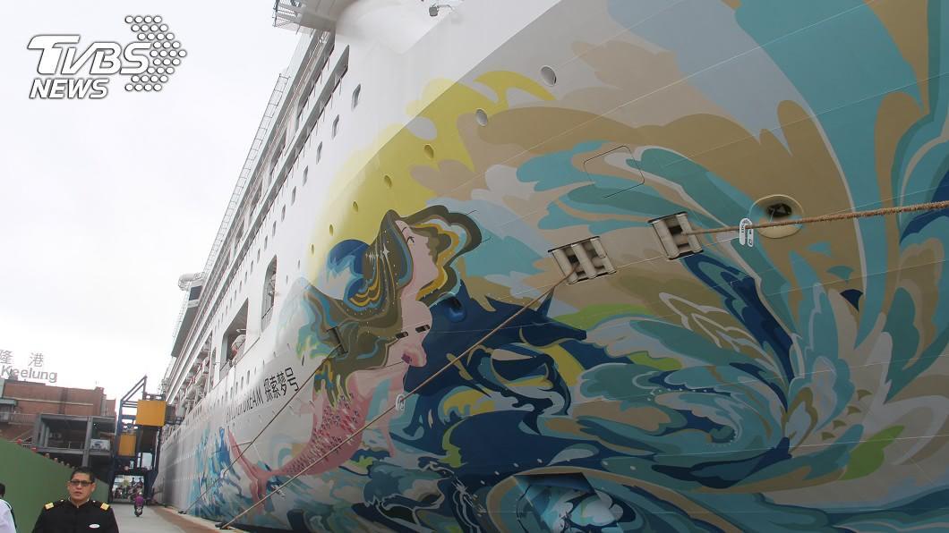 星夢郵輪旗下的「探索夢號」。(圖/中央社) 封港後首艘郵輪靠泊基隆 538人下船至旅館檢疫