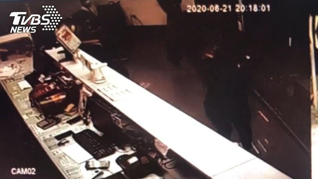 醉男到客運站大鬧,還出手毆打員警。(圖/TVBS) 洋相出盡!醉男大鬧客運站扔水杯 飆三字經毆打警