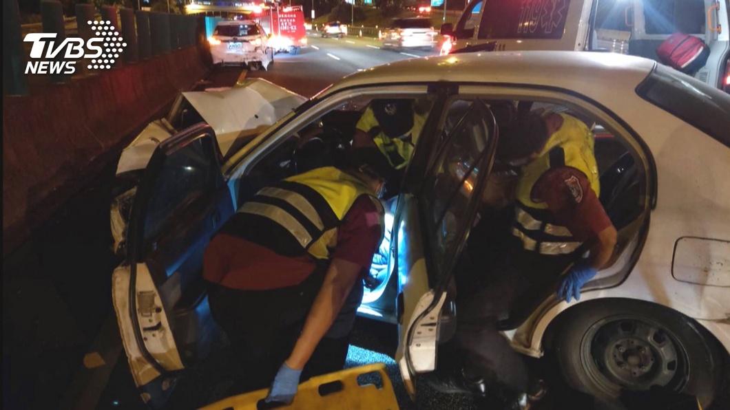 西湖服務區前 男載朋友釀3車追撞1不治