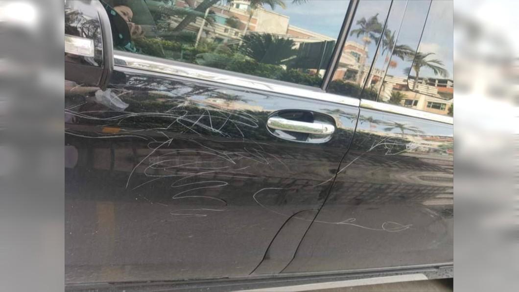 圖/翻攝自微博 4孩撿石頭刮花45輛豪車!維修費曝光…家長賠慘了