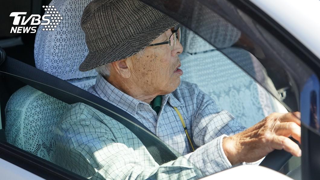 老翁無照駕駛50年。(示意圖/TVBS) 「究極三寶」撞人肇逃被逮 坦言開車50年:沒考過駕照