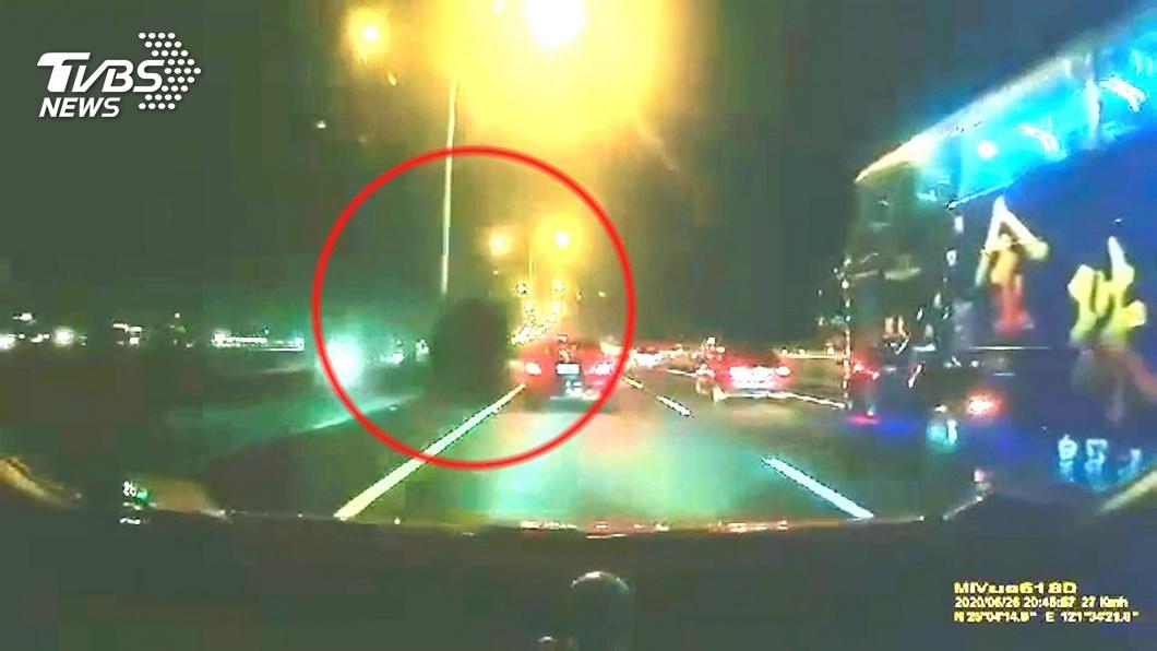 嚇死!「天外飛胎」連續重擊 國道5車毀