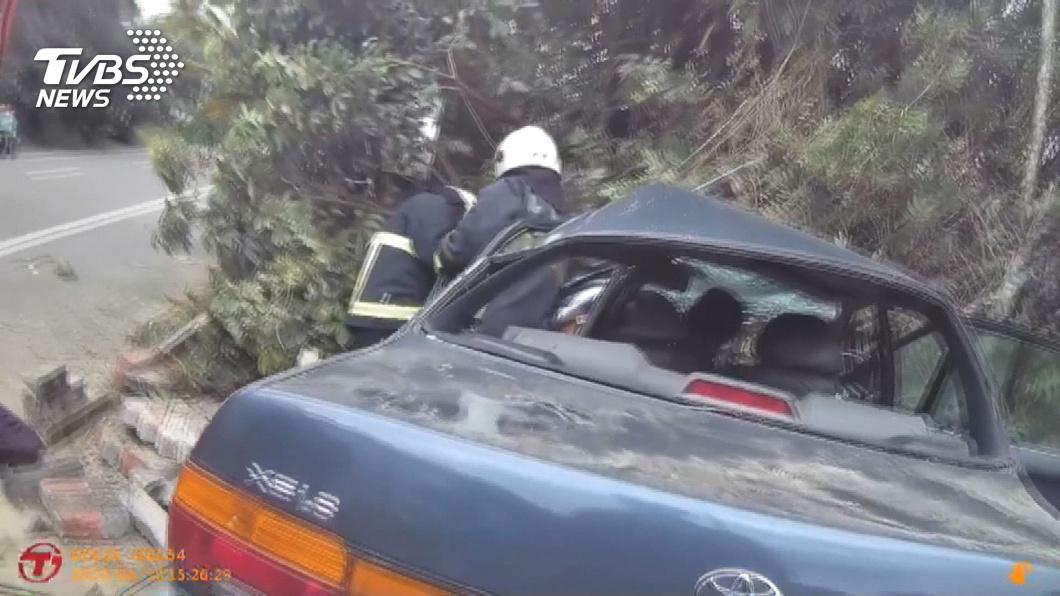 載父母捻香疲勞駕駛 撞破圍牆1死2重傷