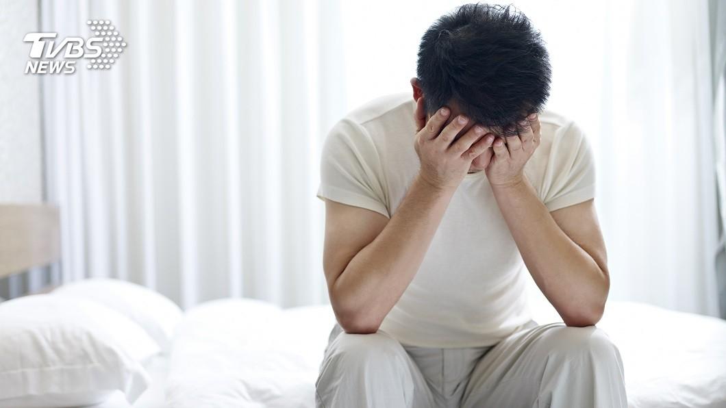 江蘇1名男子打工賺錢月薪僅7500元,父母親卻要他拿6300給弟弟使用,讓他壓力甚大。(示意圖/TVBS) 父母要求月薪匯8成給弟 女友家屬逼分手男崩潰