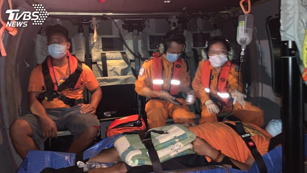 空勤黑鷹直升機整夜疲於救命。(圖/空勤提供) 蘭嶼、綠島暗夜不平靜 黑鷹直升機疲於馳援