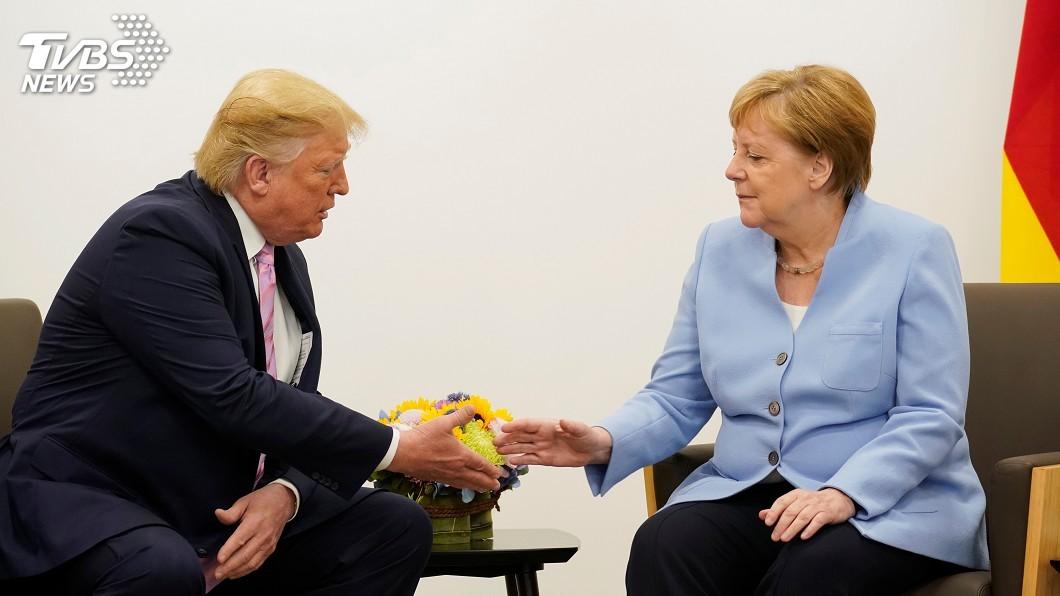 美國總統川普及德國總理梅克爾。(圖/達志影像路透社) 美德關係急速降溫 川普批准裁減9500駐德美軍