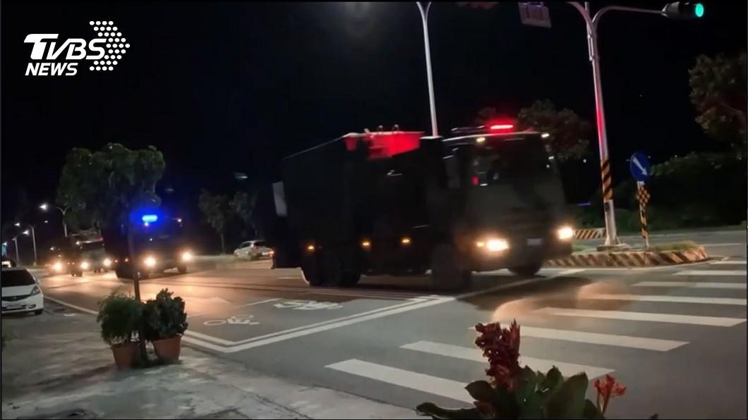台東市區30日晚間有民眾見到「天弓三型增程型飛彈」車隊出現。(圖/TVBS) 要開戰嗎?台東市區見「天弓三型飛彈」車隊 民眾超震撼