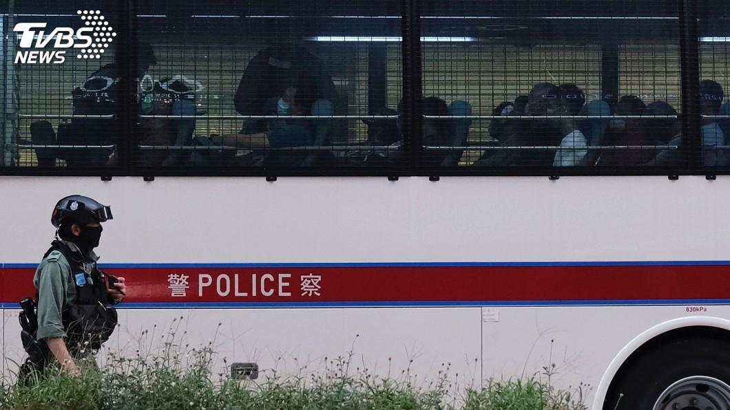 港區維護國家安全法昨晚11時生效後,據報導,香港警方已即時展開執法。(圖/達志影像路透社) 港警開始執行國安法 高舉獨立旗幟皆屬違法