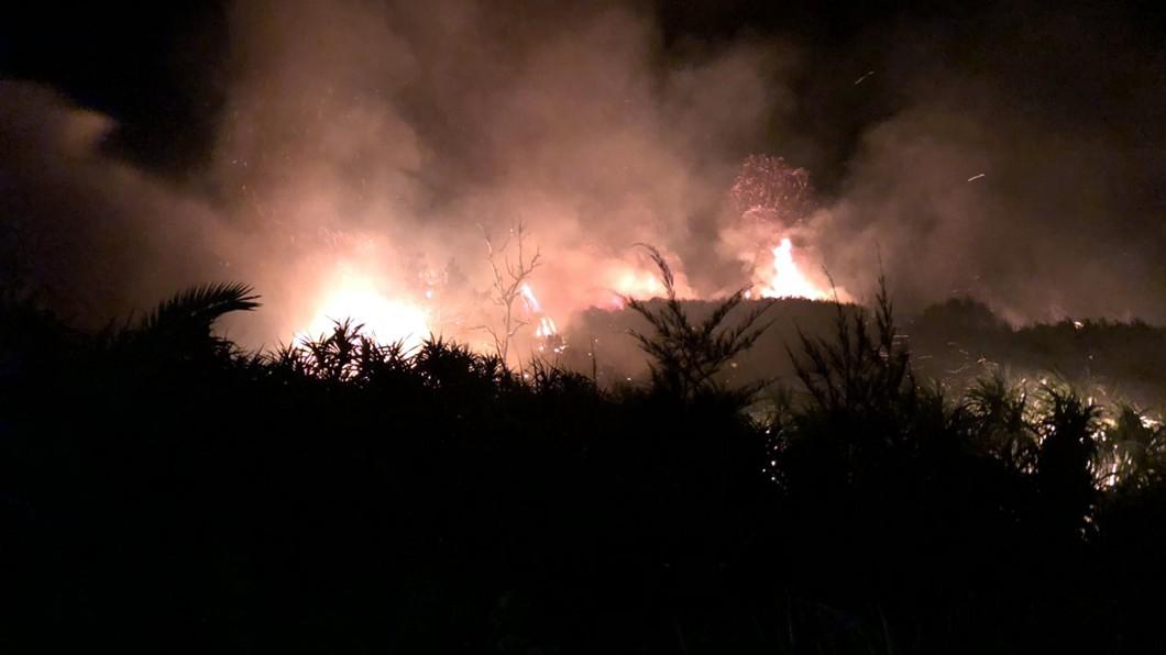 台東綠島觀音洞附近昨夜發生雜草火警。(圖/中央社,民眾提供) 綠島火警燒毀雜草面積約4頃 消防局嚴陣以待