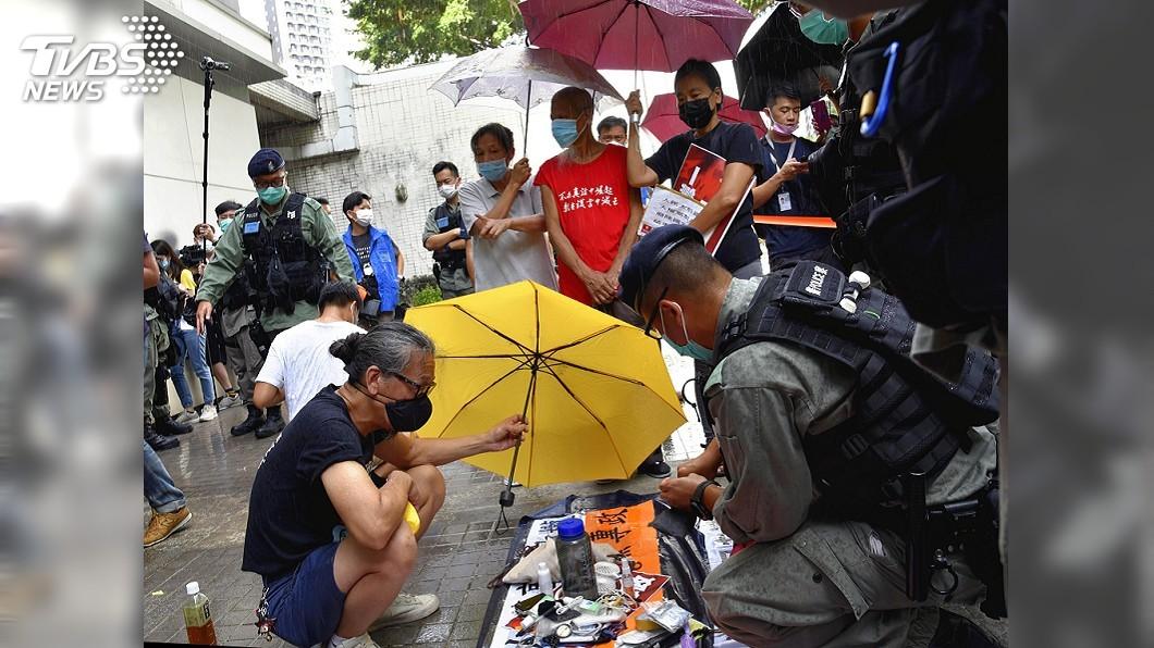 港警雖未阻止遊行,但首度引用「港區國安法」對參與成員進行搜身。(圖/達志影像美聯社) 香港社民連遊行 警方首度引用港區國安法搜身