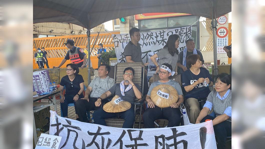 國民黨台中市議員黃健豪與羅廷瑋到中火外靜坐絕食抗議。(圖/台中市議會國民黨團提供) 抗議中火2號機重啟 議員絕食48小時強制送醫