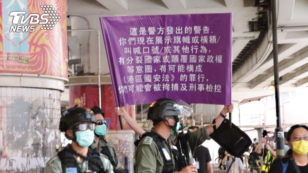 國安法警告旗幟。(圖/中央社) 港警首度舉起國安法警告旗幟 網:紫色恐怖來臨